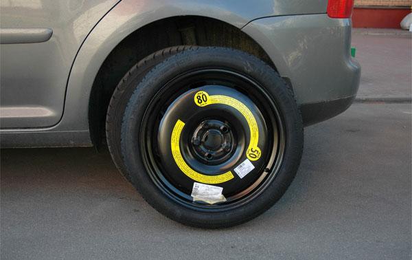 временное запасное колесо, предназначсенное для того, чтобы доехать до шиномонтажа
